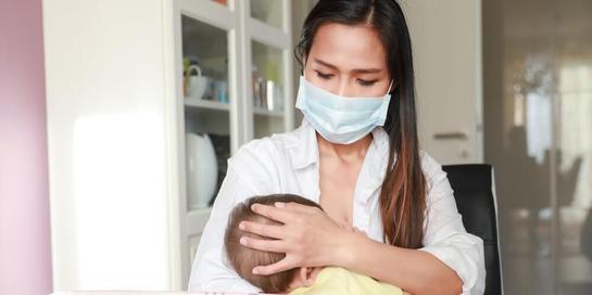 Bila busui positif corona, gunakan masker saat menyusui bayi Anda