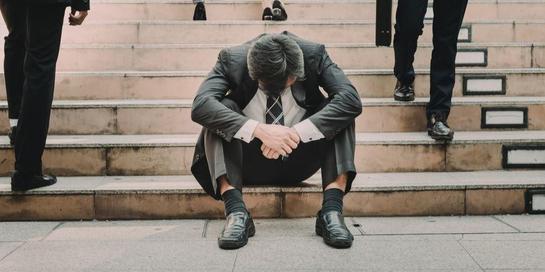 Impostor syndrome ditandai dengan perasaan selalu ragu terhadap kemampuan diri dan takut gagal