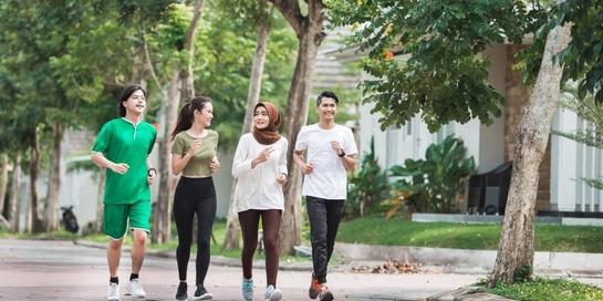 Agar makin semangat, olahraga jalan cepat bisa dilakukan bersama dengan teman atau keluarga