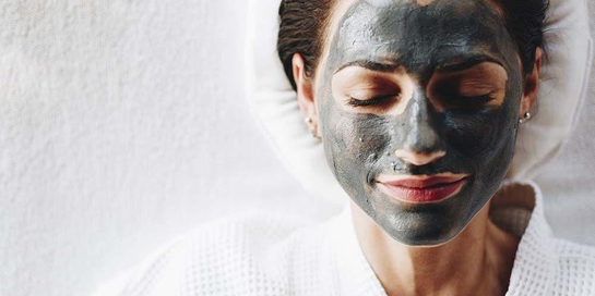 Kandungan arang aktif masker charcoal memang dikenal kaya manfaat untuk kesehatan kulit