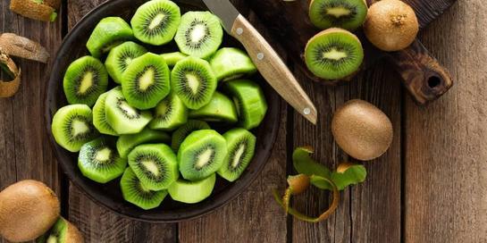 Lutein dan zeaxanthin adalah dua karotenoid yang banyak terkandung dalam buah kiwi