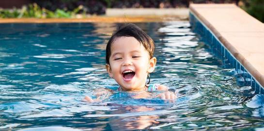 Manfaat berenang untuk anak balita