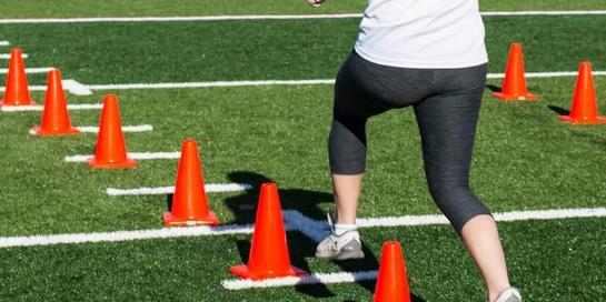 Anda dapat melakukan latihan kelincahan dengan cara berlari zigzag di antara cone