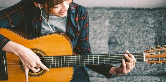Memainkan alat musik seperti gitar termasuk salah satu bentuk katarsis