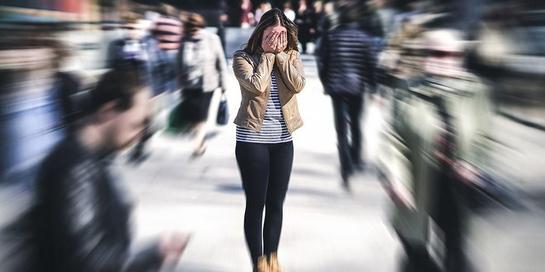 Fobia keramaian atau tempat umum biasa disebut dengan Agoraphobia