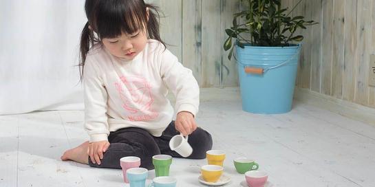 Saat anak sedang bermain dengan teman khayalan, Anda perlu terlibat dengan berkenalan dengan temannya itu