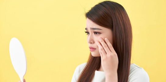Kulit hidung kering dapat disebabkan oleh beragam faktor, termasuk cuaca dan jenis kulit