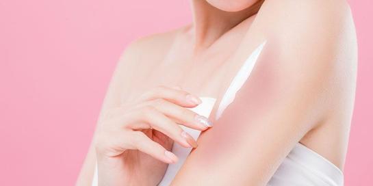 Mengatasi kulit terbakar matahari bisa dilakukan dengan mengoleskan krim pelembap