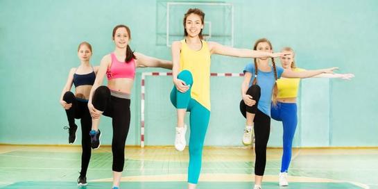 Berdiri dengan mengangkat satu kaki merupakan bentuk latihan keseimbangan