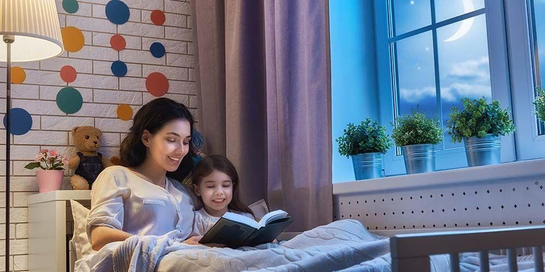 Duduklah di sebelah anak selama membacakan dongeng sebelum tidur