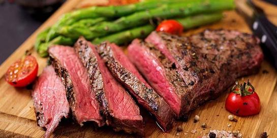 Daging medium rare steak tidak matang sepenuhnya sehingga dapat menyebabkan keracunan