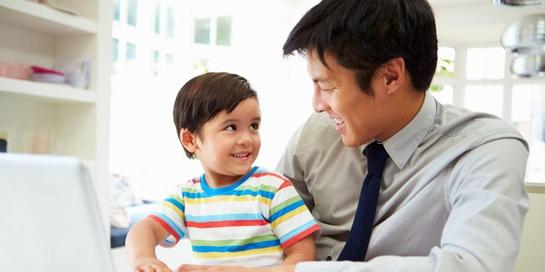 Salah satu cara mencegah speech delay adalah sering berbicara dengan anak
