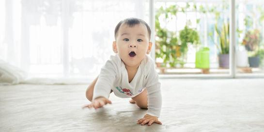 Merangkak termasuk keterampilan motorik kasar yang dipelajari anak pada tahun pertamanya