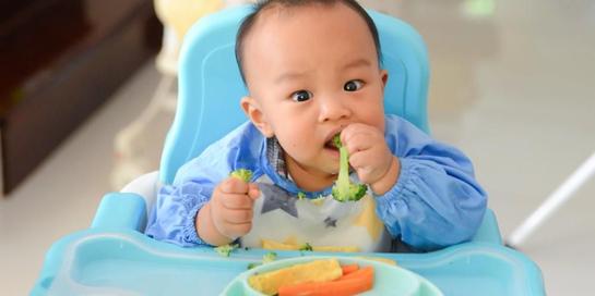 Dalam teknik baby-led, orangtua bisa memberi bayi fingerfood seperti brokoli dan wortel