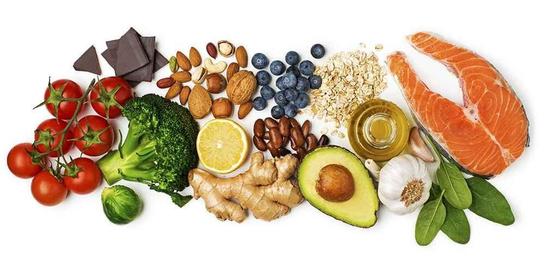Saat tubuh sedang berperang melawan infeksi, cobalah mengonsumsi makanan anti inflamasi seperti tomat, brokoli, blueberry, ikan salmon, dark chocolate, dan sebagainya