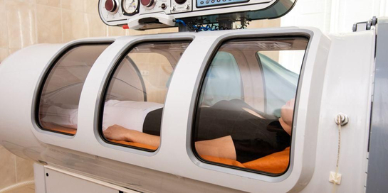 Terapi hiperbarik mengharuskan pasien untuk menghirup oksigen yang dikeluarkan dalam ruang tabung.
