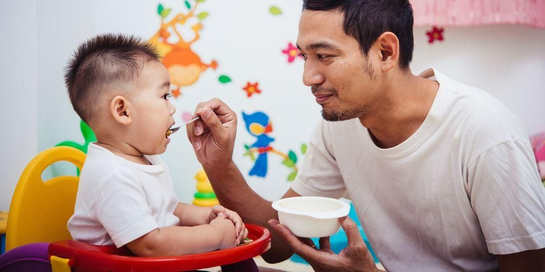 Makanan bayi 1 tahun harus kaya akan nutrisi karena bayi belum bisa makan banyak