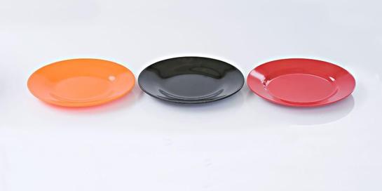 Piring melamin merupakan alat makan yang banyak dipakai di rumah maupun restoran karena awet serta tak mudah pecah