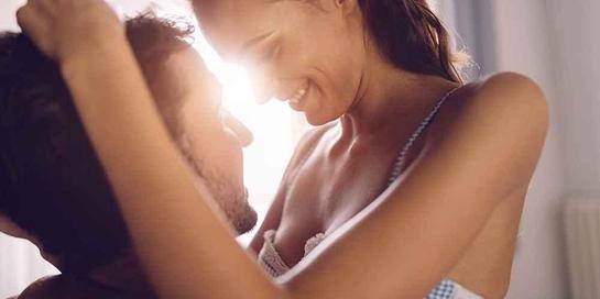 Merangsang payudara bisa dimulai dengan meraba perlahan mulai dari perut hingga naik ke payudara