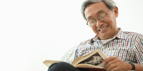 Kacamata plus dapat membantu seseorang untuk membaca