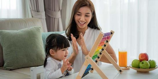 Menemani anak bermain termasuk peran ibu dalam keluarga