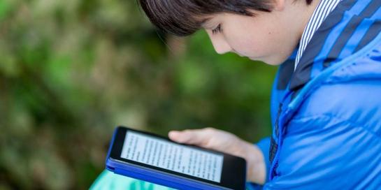 Baca buku online bagi anak memiliki sisi positif dan negatif