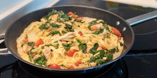 Salah satu contoh resep masakan ikan yang menyehatkan adalah salmon panggang dengan bayam