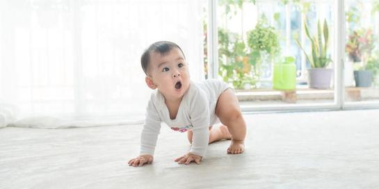Bayi merangkak dapat dibantu lewat stimulasi orangtua