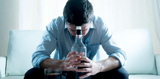 Mengonsumsi alkohol berlebih dapat menyebabkan stres oksidatif dalam tubuh