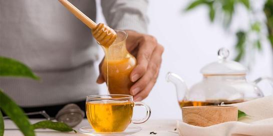 Bubuhkan sedikit madu dalam teh Anda