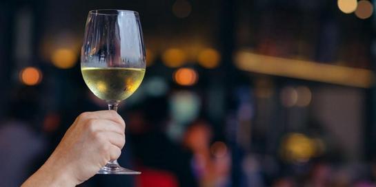 Anggur putih alias white wine tidak selamanya buruk, buktinya ia bisa cegah penyakit jantung