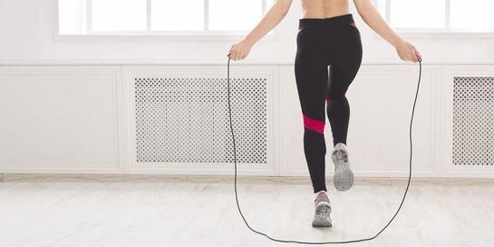 Salah satu latihan kardio yang bisa dilakukan di rumah adalah lompat tali