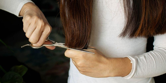 Cara memotong rambut sendiri di rumah yang dianjurkan yakni melakukan trimming sedikit saja di ujung rambut
