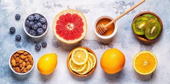 Berbagai buah kaya akan vitamin C dan E yang baik untuk meningkatkan sistem kekebalan tubuh