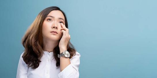 Iritasi mata dapat disebabkan oleh penggunaan softlens yang salah