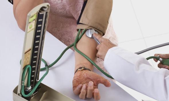 Methyldopa melemaskan pembuluh darah dan menurunkan tekanan darah