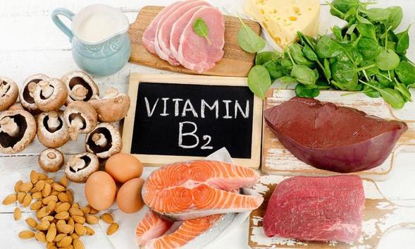 Vitamin B2 terkandung dalam kacang-kacangan, susu, daging, telur, dan sayuran hijau.