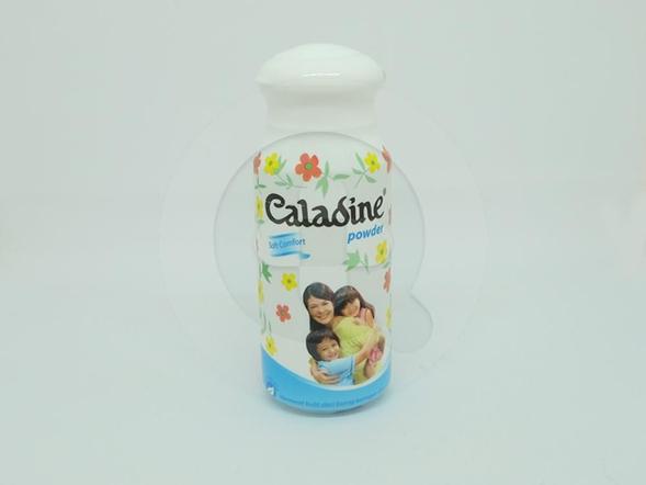 Caladine Bedak Soft Comfort 60 g membantu mengurangi gatal-gatal karena biang keringat.