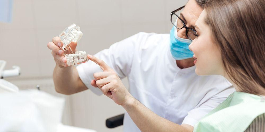 Sebelum operasi gusi, dokter akan mendiskusikan manfaat dan risikonya