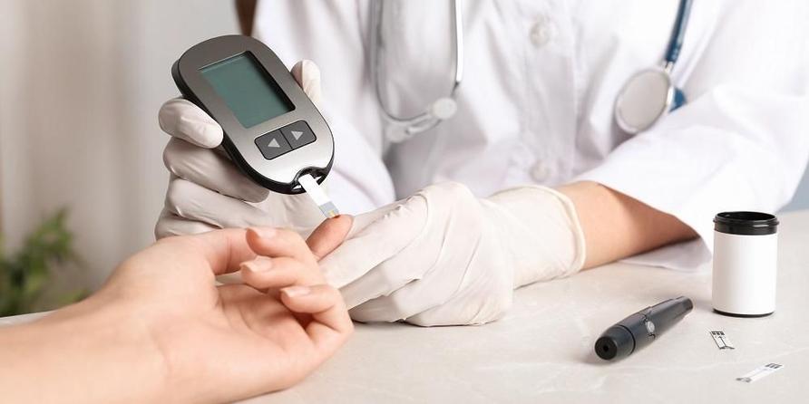Pemeriksaan diabetes bisa dilakukan melalui pengambilan sampel darah dari ujung jari.