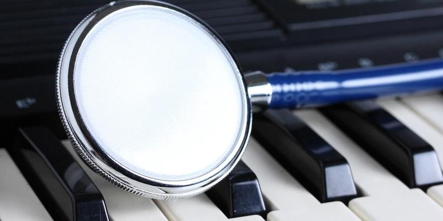 Terapi musik bisa dilakukan dengan memainkan alat musik.