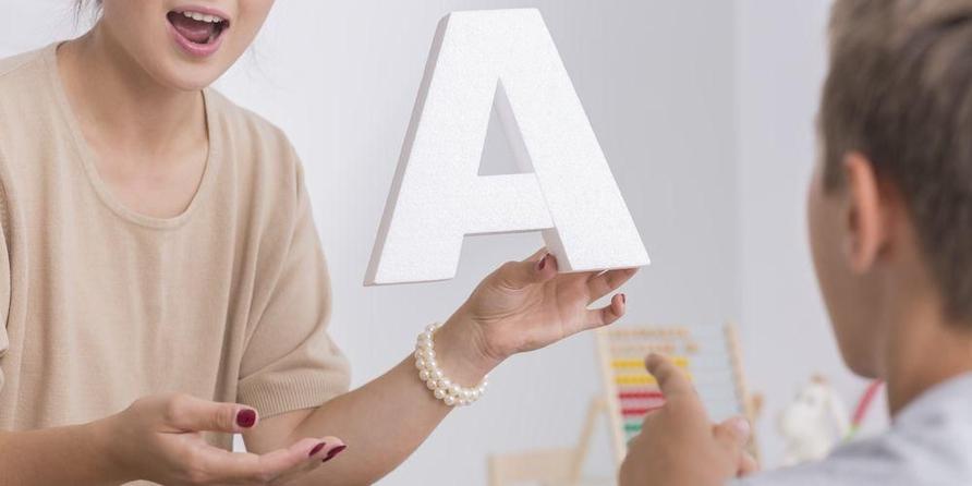 Mengajarkan pelafalaan huruf yang benar termasuk bagian dari terapi wicara
