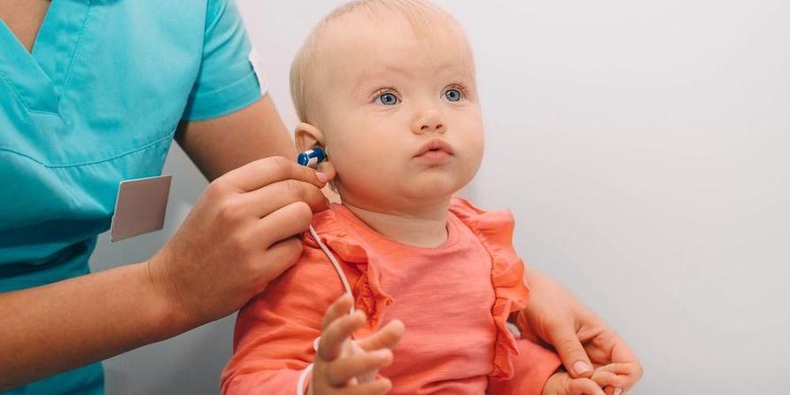 Alat tes otoacoustic emission akan dipasang ke telinga bayi