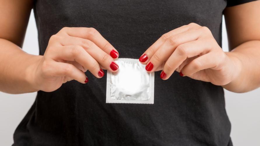 Salah satu cara mencegah penyakit menular seksual ialah menggunakan kondom.