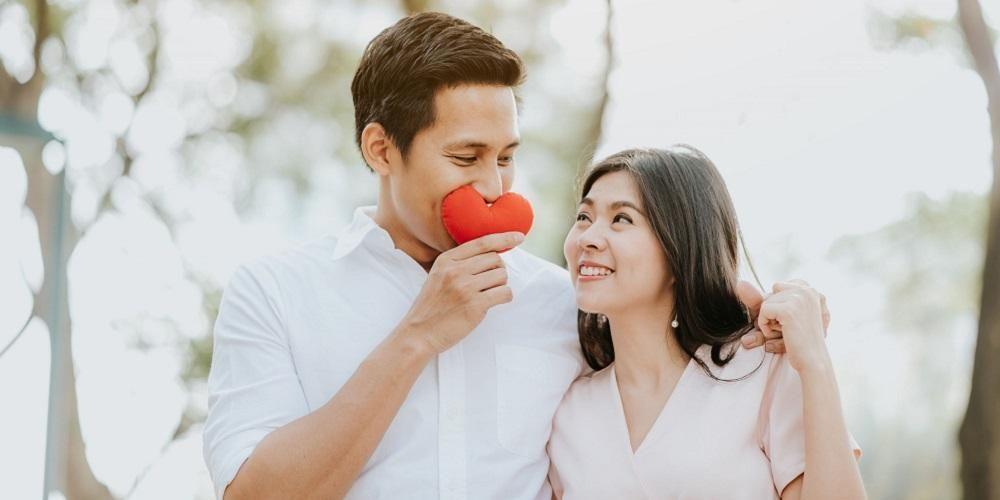 Tips agar bisa menjadi suami istri bahagia, tunjukkan kasih sayang