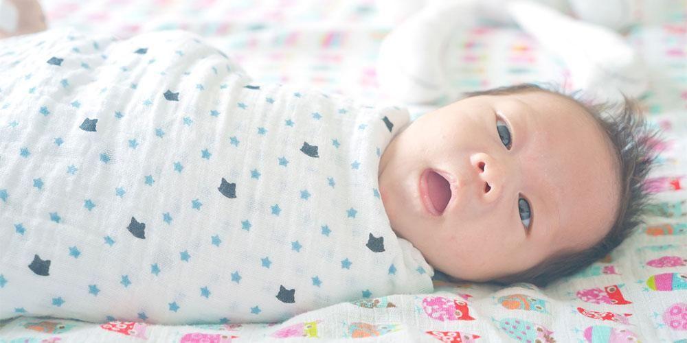 Cara bedong bayi harus dilakukan dengan benar karena memiliki berisiko