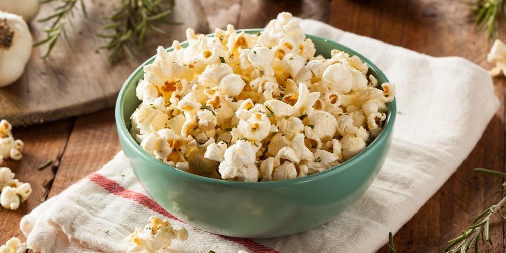 Cemilan yang bikin gemuk umumnya tinggi lemak trans dan sodium, salah satunya popcorn ala bioskop