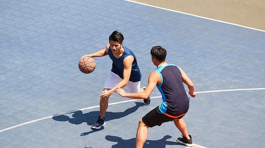 Teknik dasar permainan bola basket termasuk dribbling, penting dipelajari