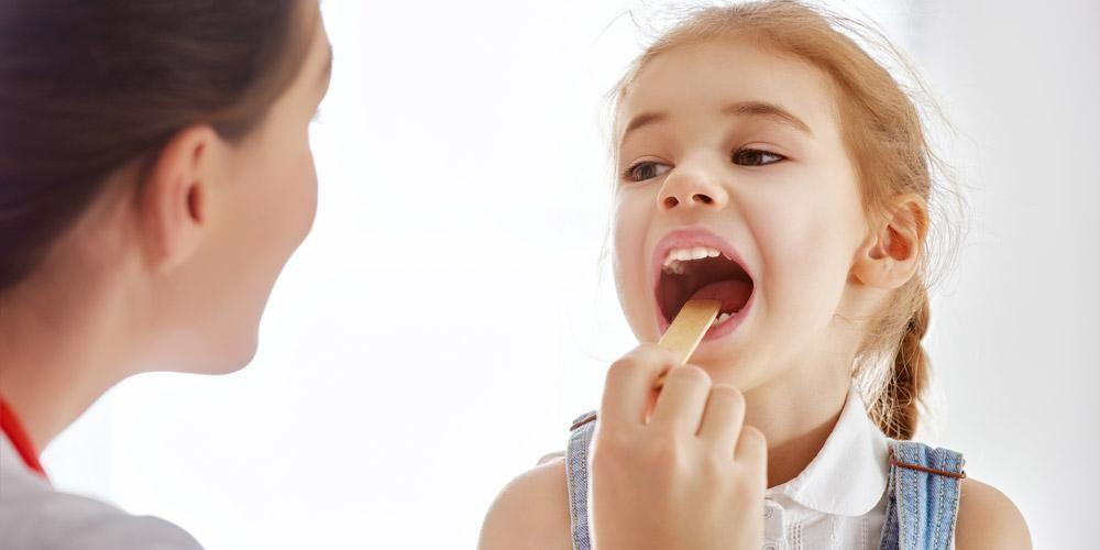 Bakteri dan virus yang masuk ke dalam mulut merupakan penyebab radang amandel pada anak
