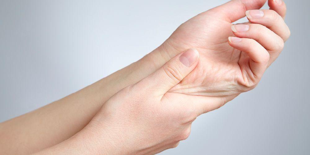 Kedutan jempol tangan kiri dapat disebabkan oleh berbagai macam kondisi medis.